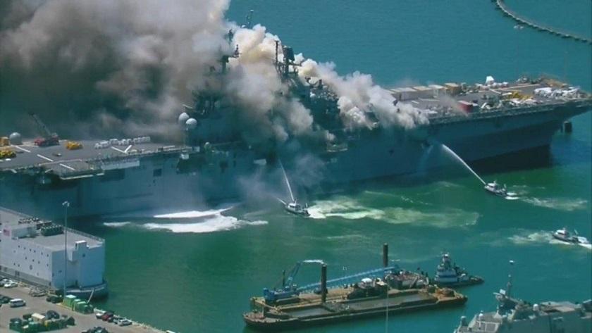 На базе ВМС США в Сан-Диего горит большой десантный корабль ...