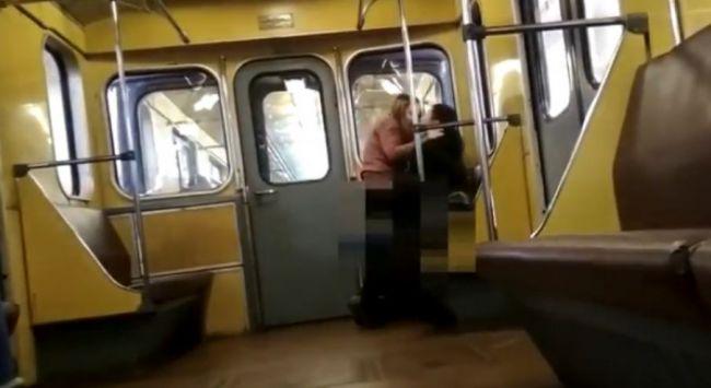 Принудительный неожиданный секс в метро видео