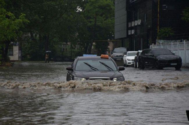 Одессу затопило утренним ливнем — машины «плывут» по улицам