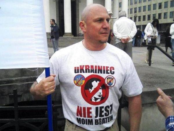 Поляки наказали украинца-бандеровца — заставили съесть флаг ОУН-УПА